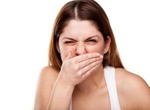 Aprendendo como acabar com mau hálito do estômago