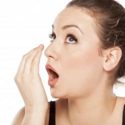 como tratar mau hálito estomacal